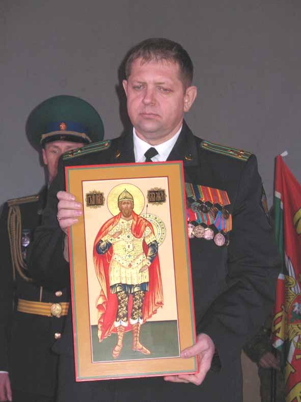 Полковник А.Кайгородов с подаренной иконой