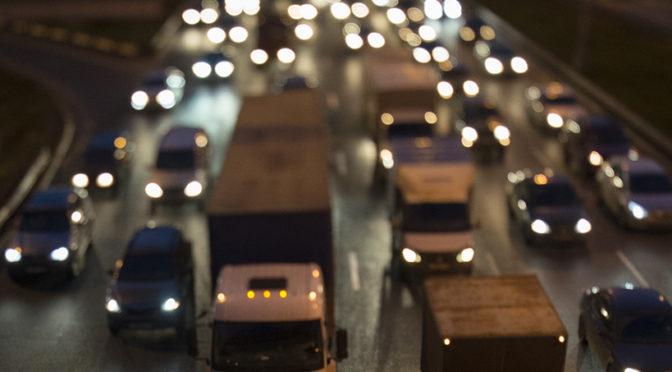 Водителей в РФ обяжут носить светоотражающие жилеты при остановке за городом в темноте