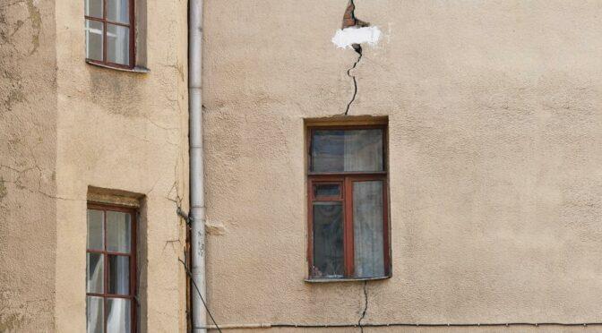 У последней черты: ветхие дома предлагают ремонтировать за счет граждан